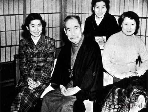 最晩年、末廣別邸で家族と過ごす久彌 (岩﨑久彌傳より転載)