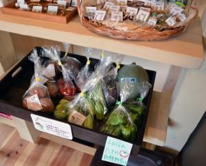 美味しい野菜がお安い♪ 手作りアクセサリーも売ってます