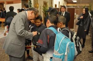 なぜか、小泉市長にもサインを求める久住サニーズの選手たち♪