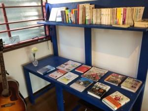 店内にある本は、自由に手に取り読むことができる